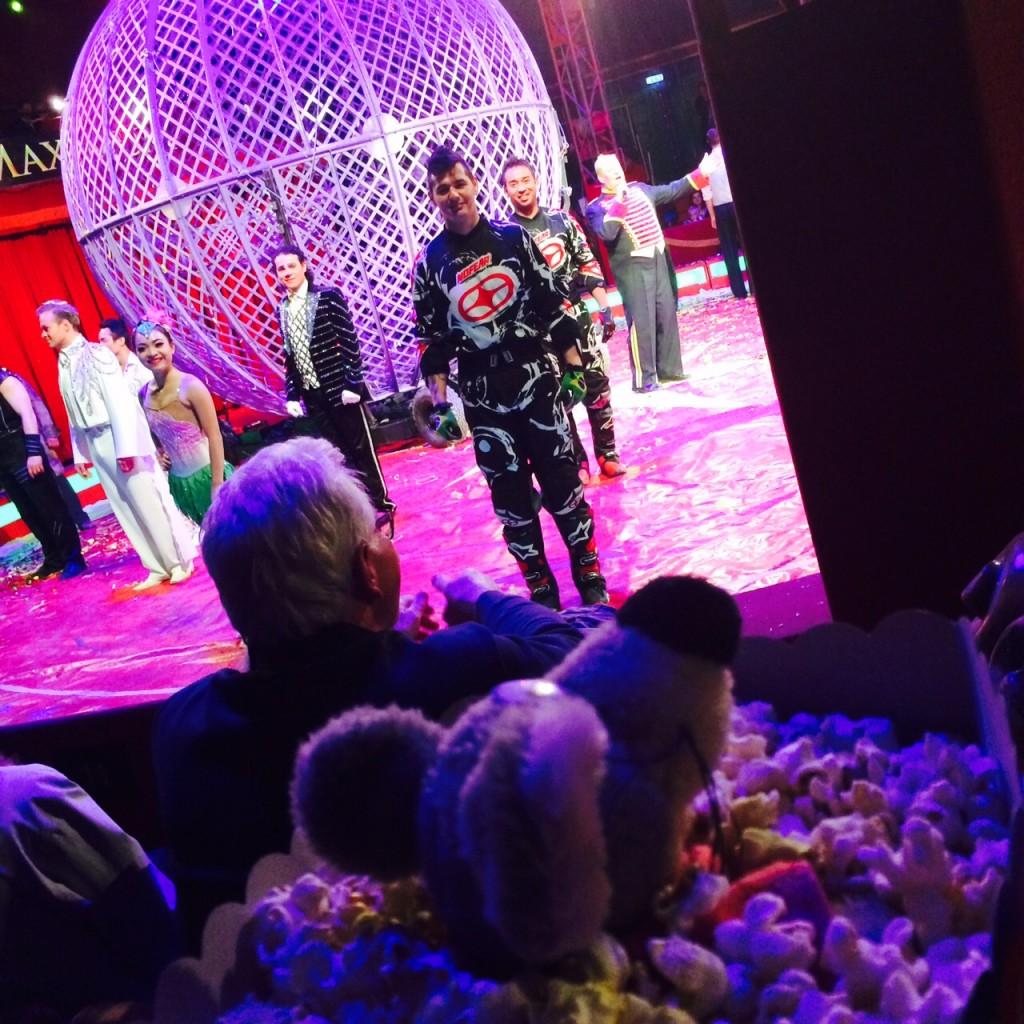 Villevalla ser föreställningen popcorn